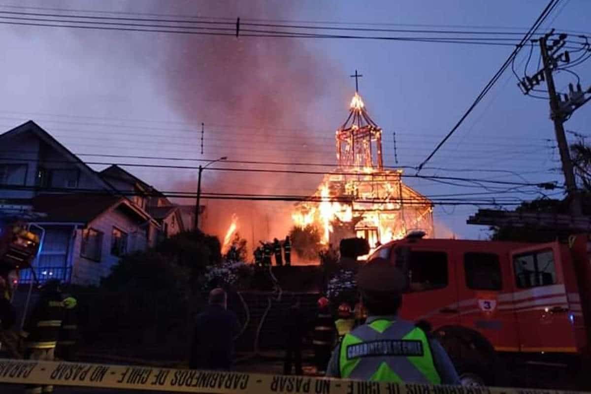 Incendio en la iglesia de San Francisco de Acnud, en Chile.