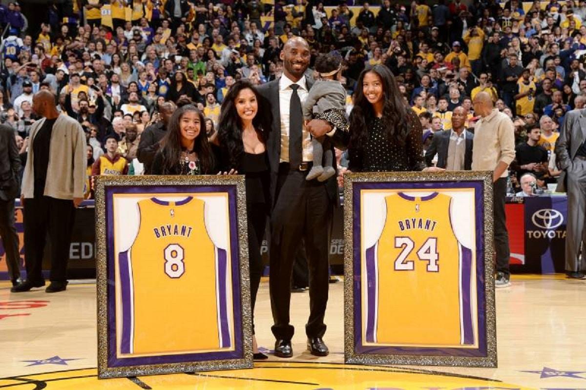 El exbasquetbolista Kobe Bryant con su familia. En 2017, los Lakers retiraron sus números de camiseta.