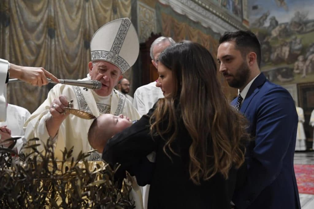 El Papa Francisco bautiza a un niño en la Capilla Sixtina. Foto: Vatican News.