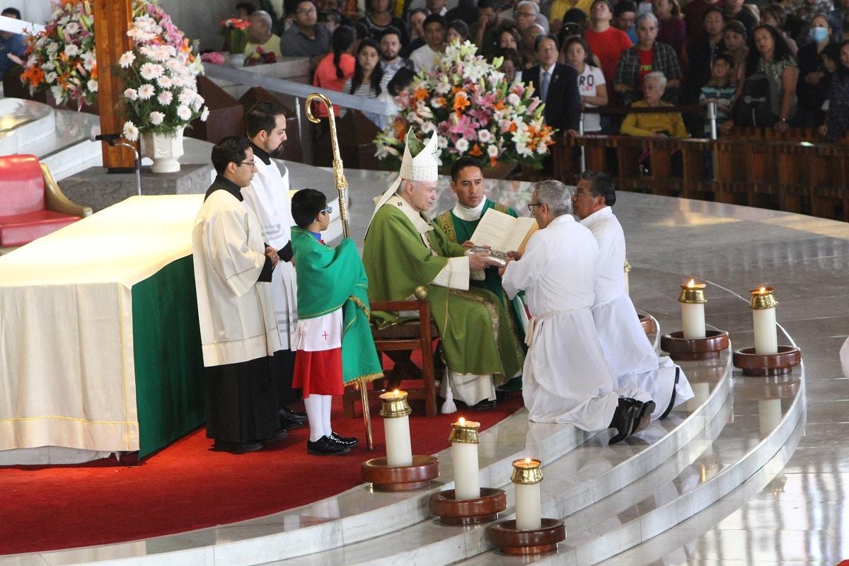 El Arzobispo Primado con los candidatos al diaconado permanente. Foto: Basílica de Guadalupe.