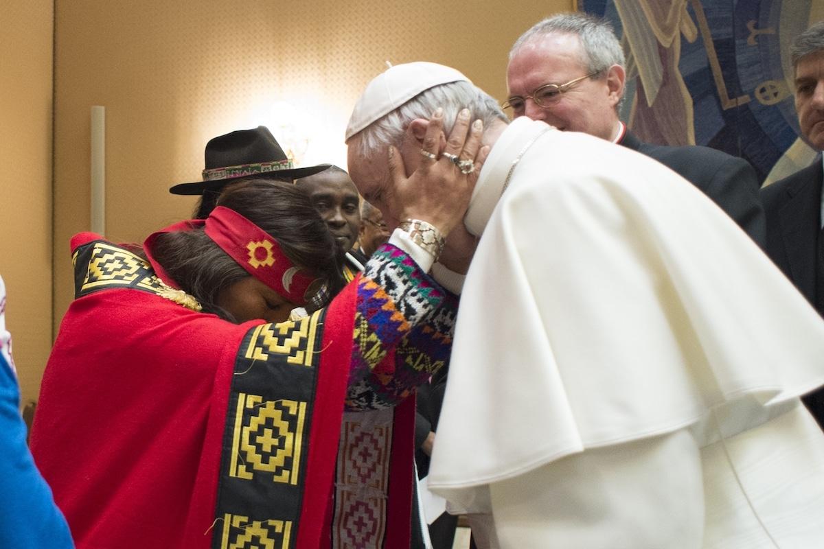 El Papa Francisco con representante de los pueblos indígenas de la Amazonia. Foto de archivo: L'Osservatore Romano