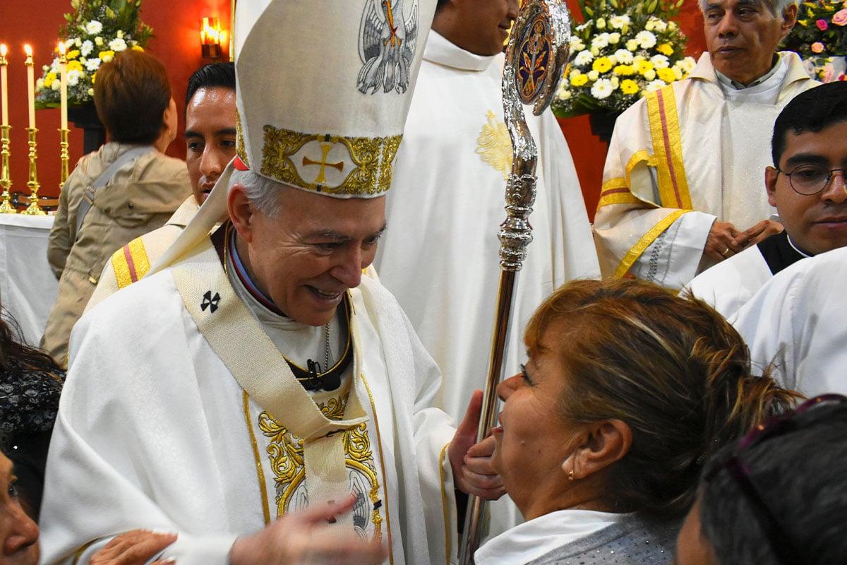 El Cardenal Aguiar saluda a una feligresa. Foto: Ricardo Sánchez