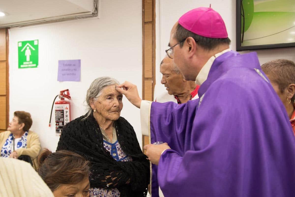 Monseñor Salvador González en Hospital General Dr. Darío Fernández durante el Miércoles de Ceniza. Foto: María Langarica