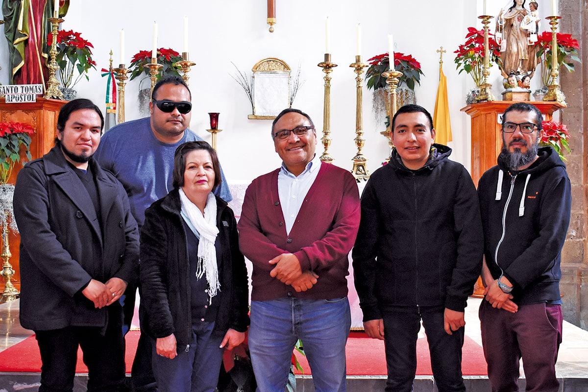 El p. Victoriano acompañado de algunos miembros de la comunidad parroquial. Foto Ricardo Sánchez