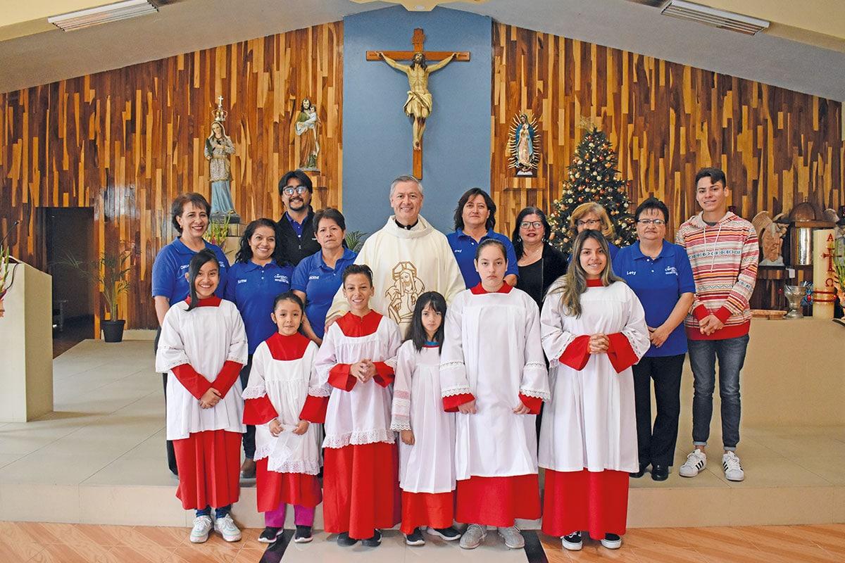 El párroco Óscar Arias con miembros de la comunidad de la Parroquia de Santa Irene. Foto: Ricardo Sánchez