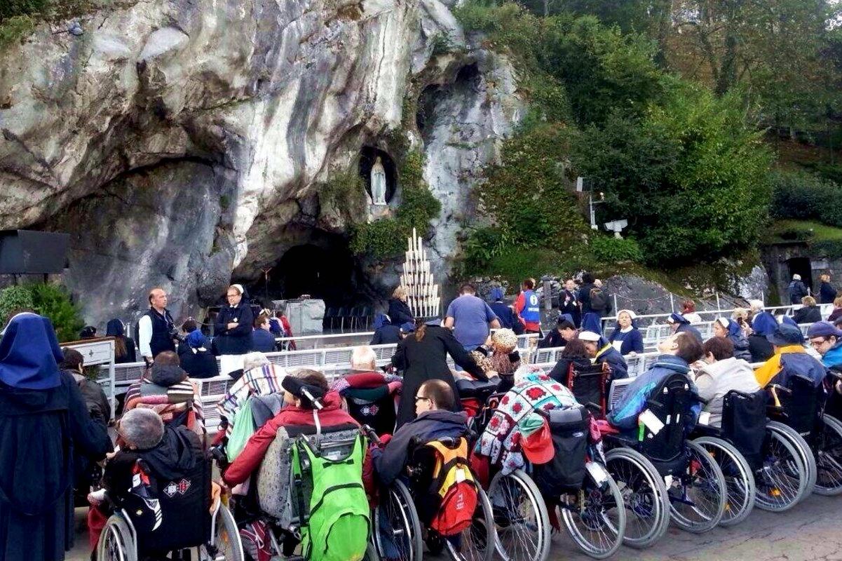 Enfermos visitan a la Virgen de Lourdes.