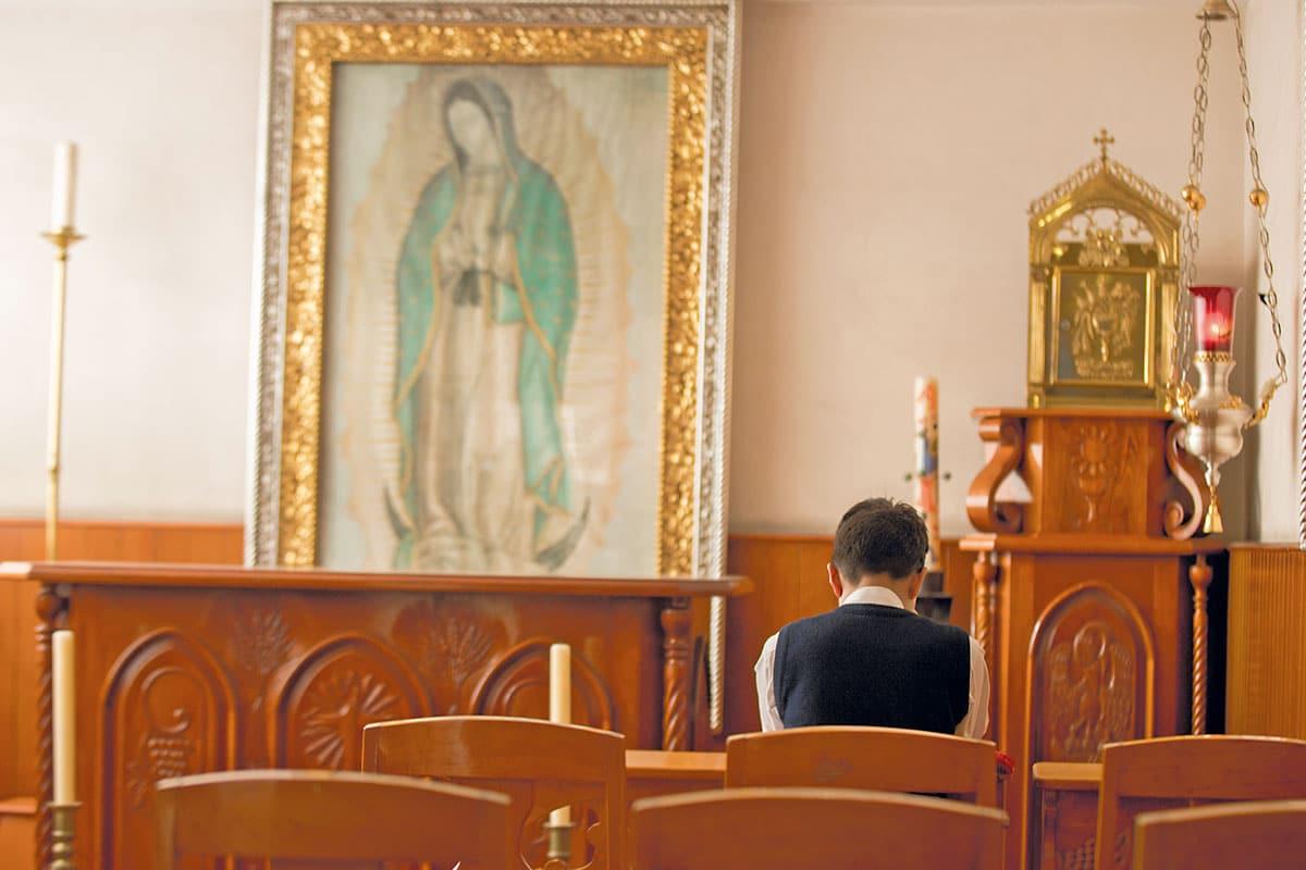 Una persona oraUna persona ora frente a la Virgen de Guadalupe. Foto: María Langaricafrente a la Virgen de Guadalupe.