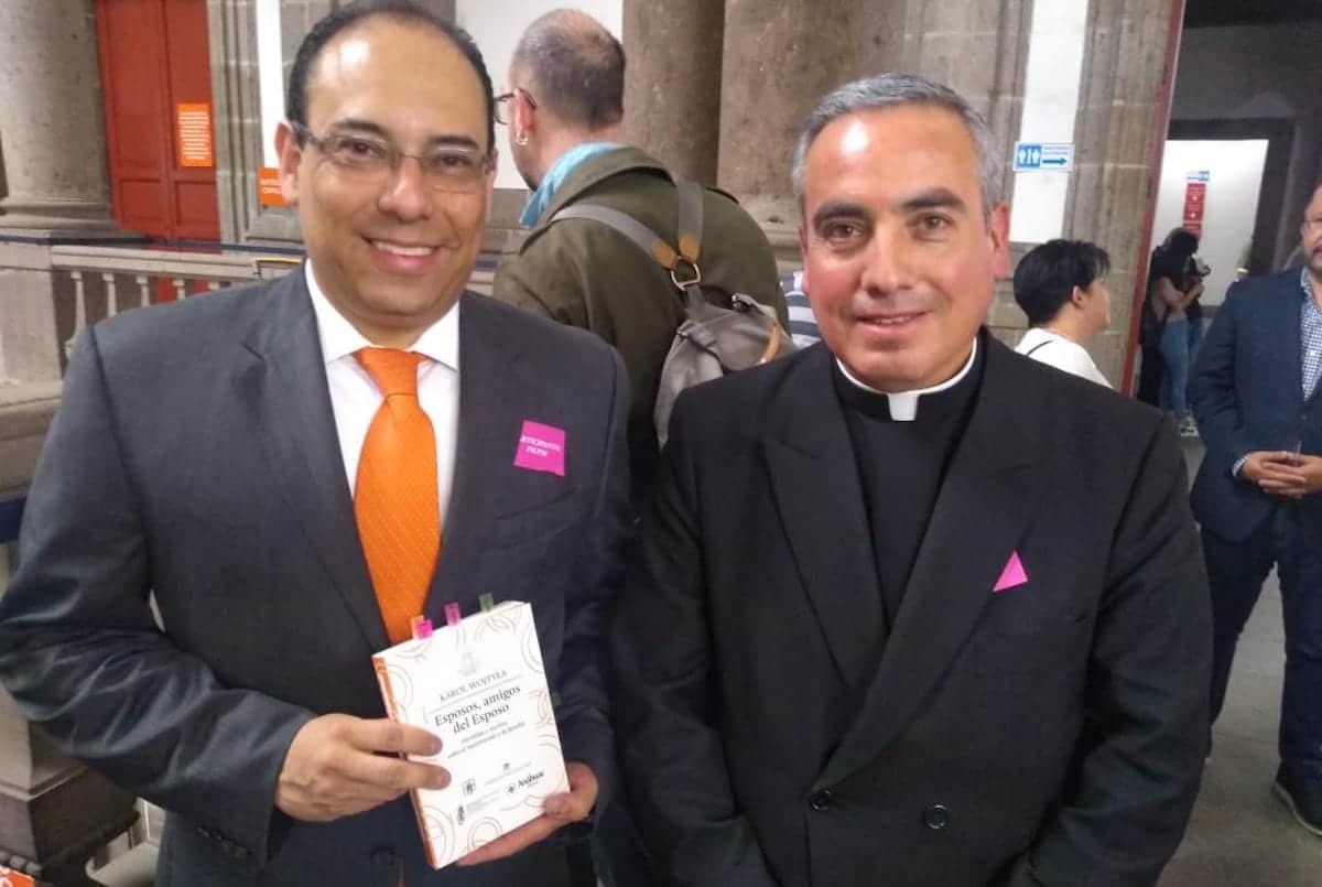 """El libro """"Esposos, amigos del Esposo"""" de Juan Pablo II fue presentado en la Feria del Libro."""