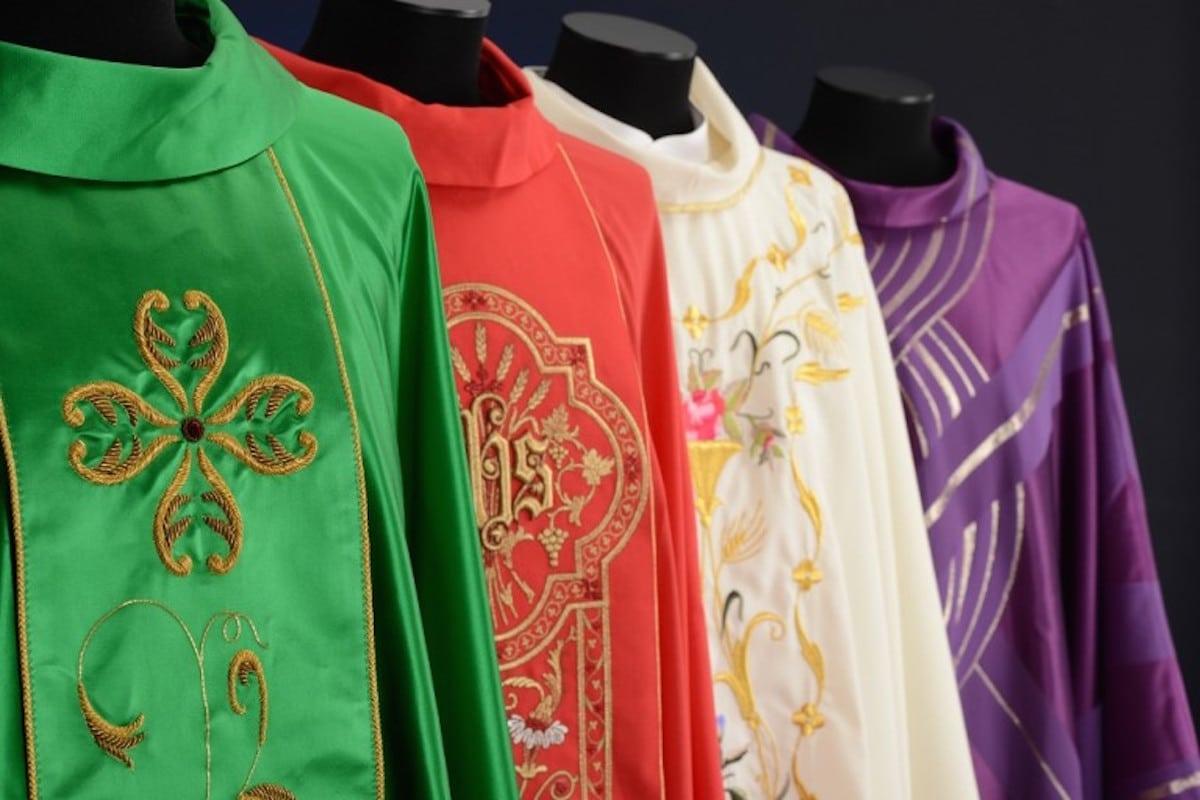 Los colores litúrgicos los utilizan los presbíteros en las ceremonias eucarísticas. Foto: Holyart.es