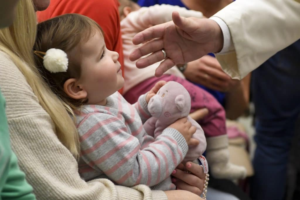 La mano del Papa Francisco se acerca a una pequeña en la Audiencia General. Foto: L'Osservatore Romano