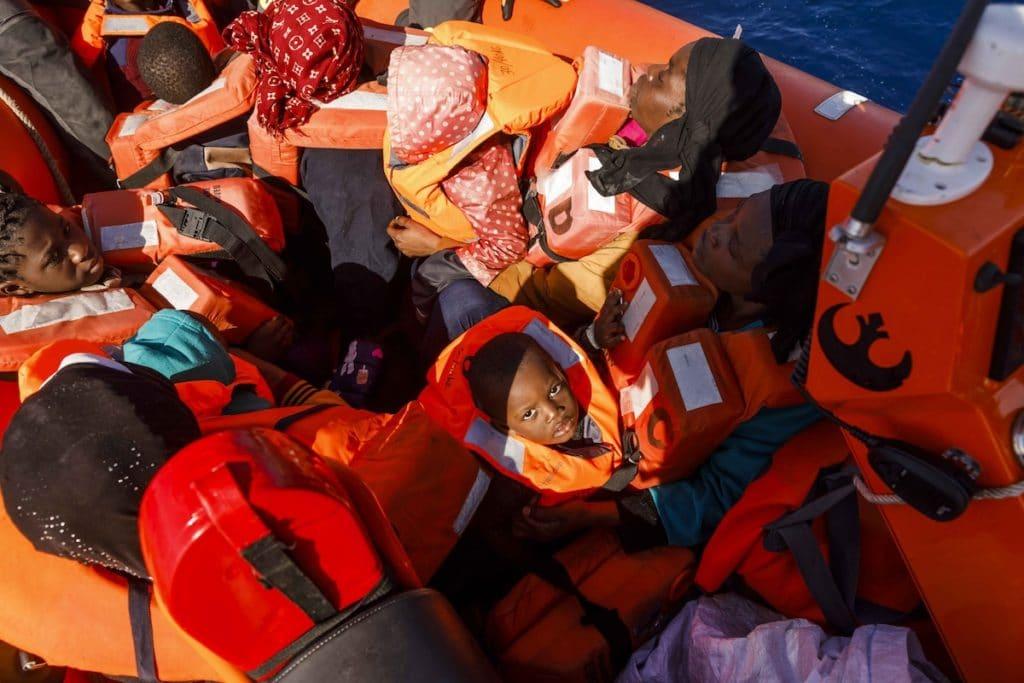 Un migrante bebé y cerca de 90 personas esperan ser rescatado en el Mar Mediterráneo. Foto: Pablo García/AFP