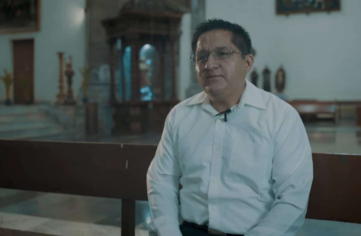 El padre Benito Torres en el primer video de Vidas Transformadas.