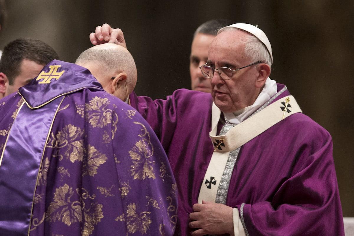 El Papa Francisco esparce cenizas sobre la cabeza del cardenal tarcisio Bertone durante la Misa del Miércoles de Ceniza.