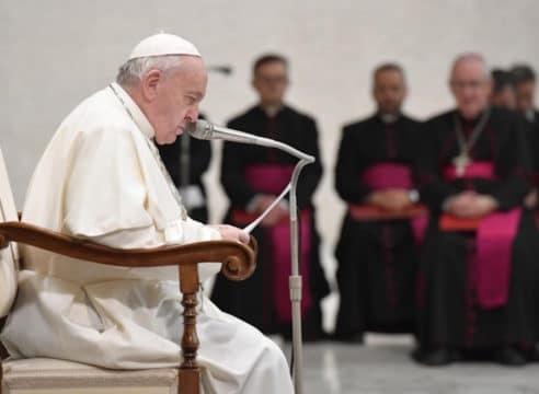 El sacerdocio sigue reservado a los hombres, aclara el Papa Francisco