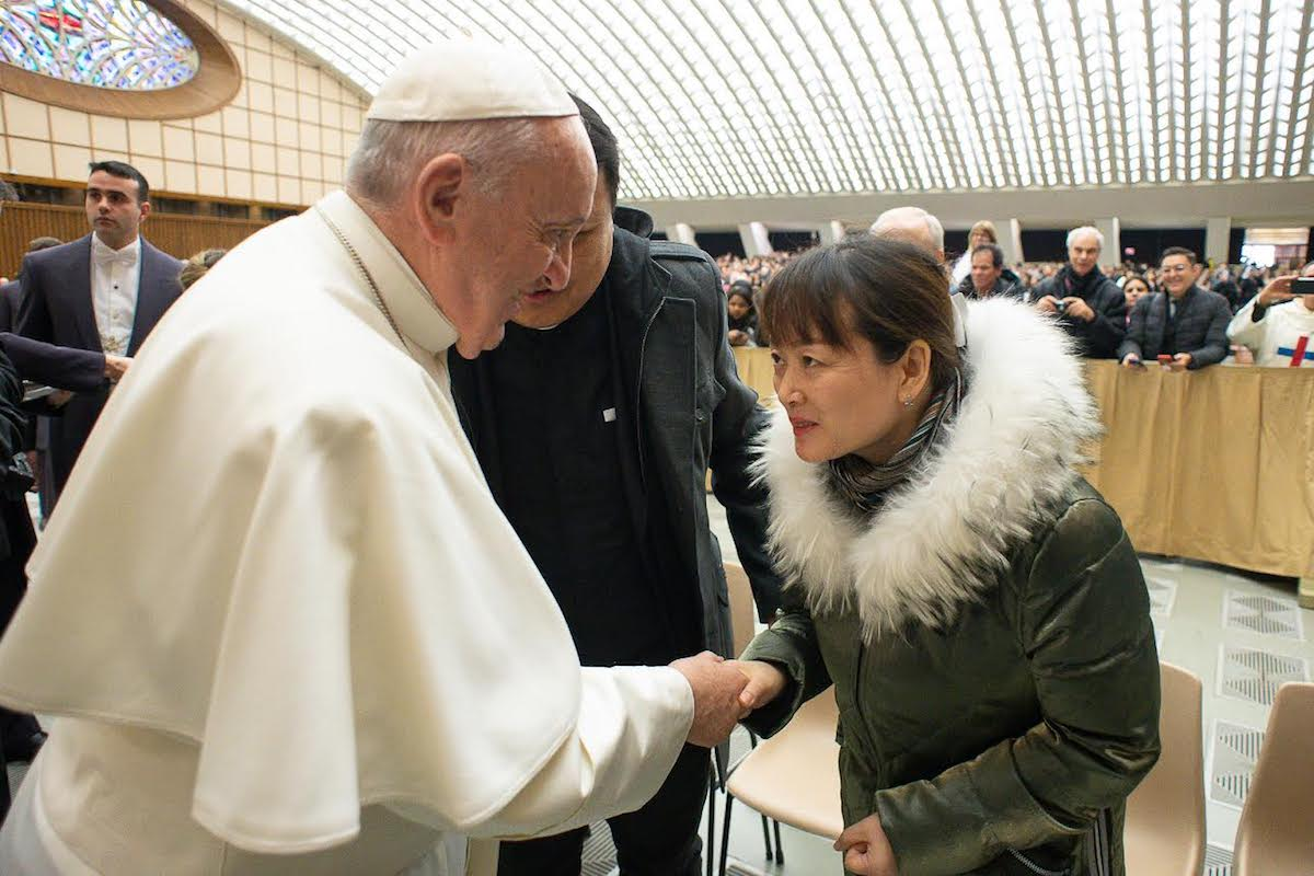 El Papa Francisco con la mujer del incidente del manotazo. Foto: Vatican Media