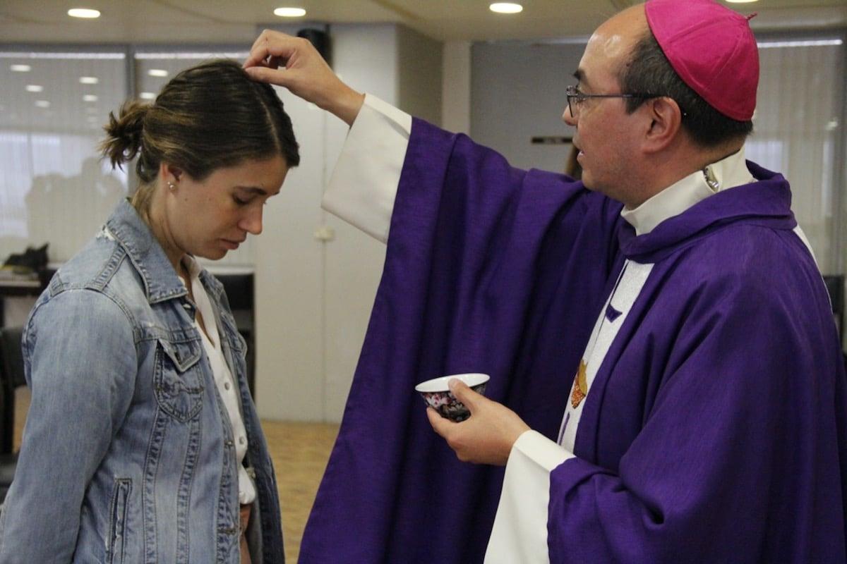 Monseñor Salvador González impone la ceniza. Foto: Javier Juárez