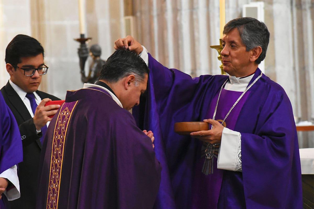 El padre Ricardo Valenzuela impone la ceniza a Monseñor Carlos Samaniego. Foto: Ricardo Sánchez