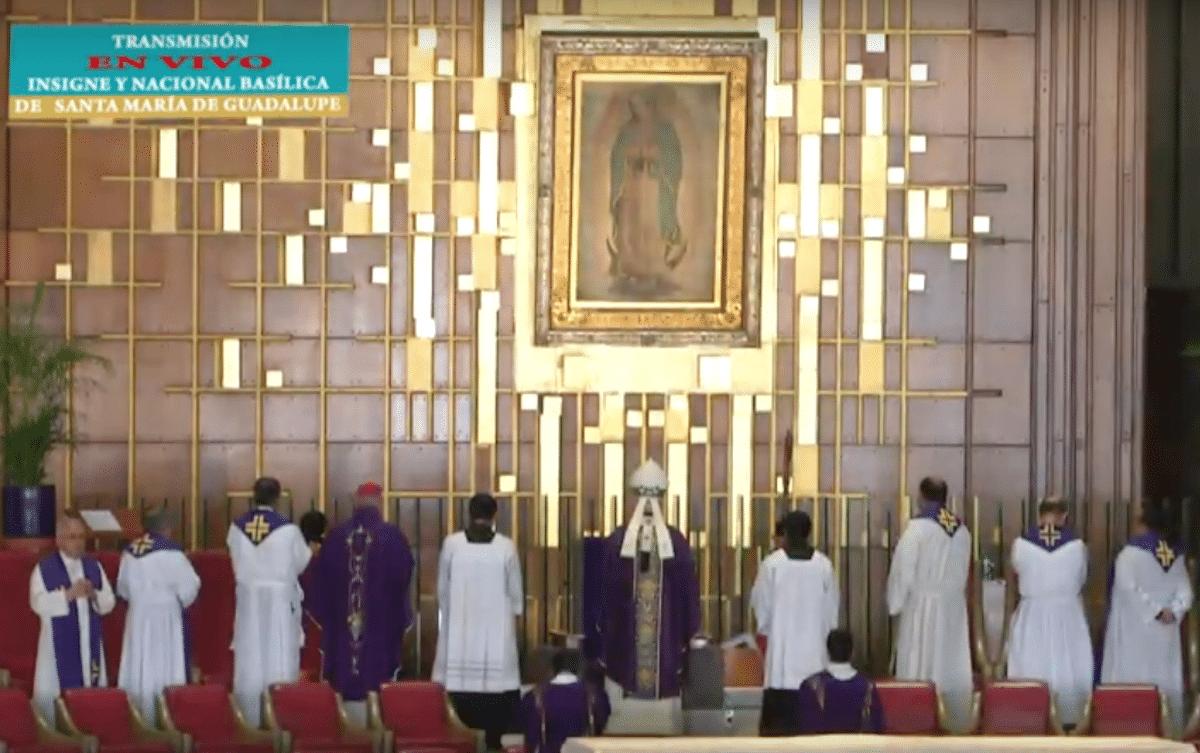 El Cardenal Aguiar orando frente a la Virgen de Guadalupe. El Cardenal Aguiar orando frente a la Virgen de Guadalupe.