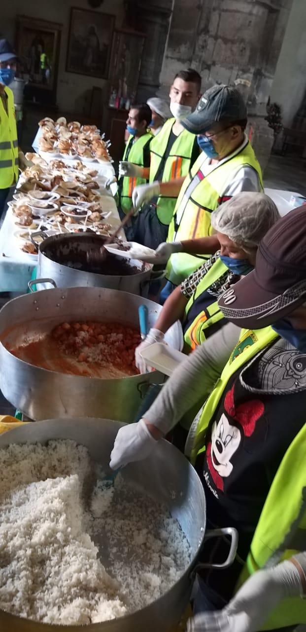 Voluntarios preparan la comida en la iglesia de La Soledad. Foto: La Soledad/Cortesía.