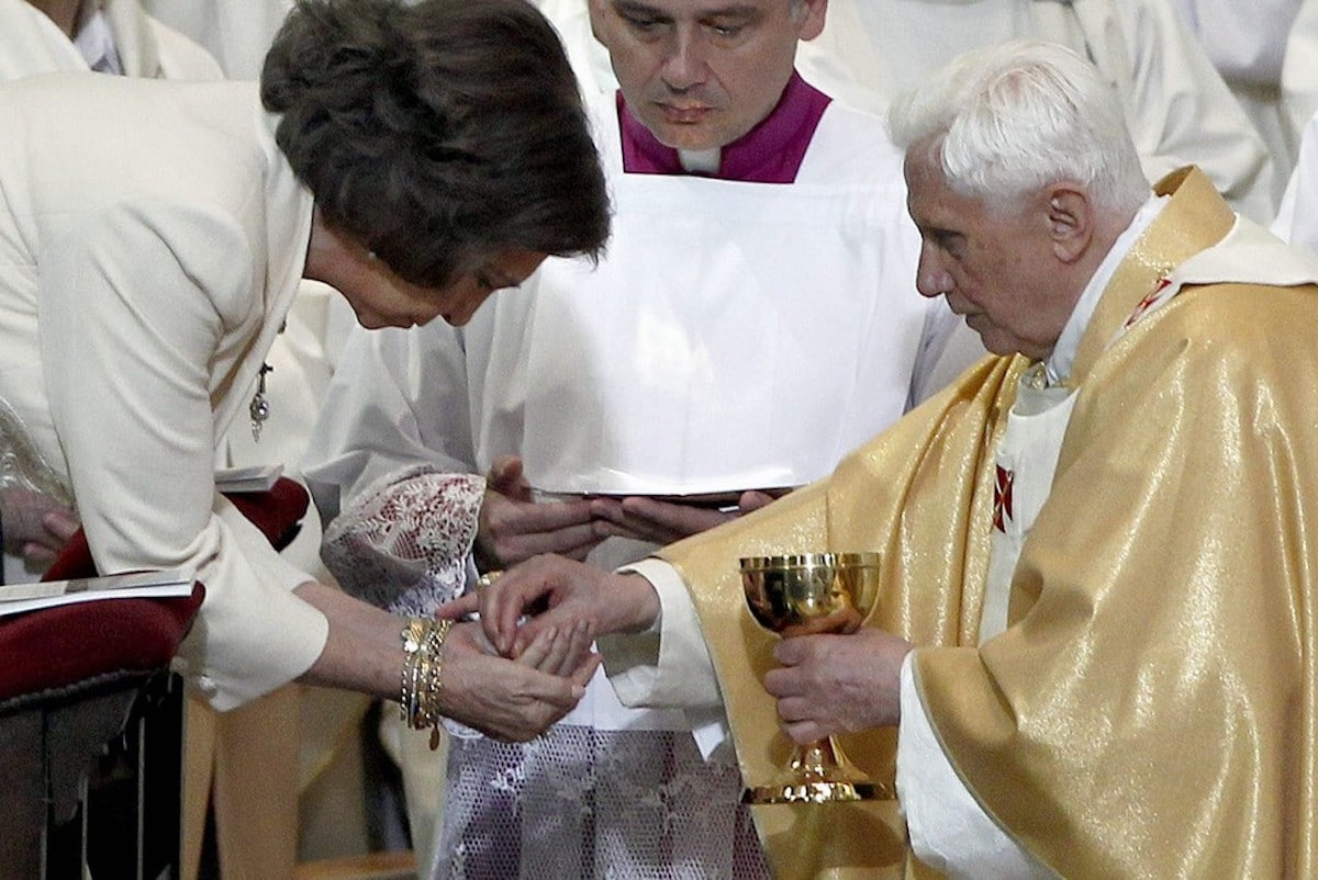 El Papa Benedicto XVI entrega la Sagrada Comunión en la mano a la Reina Sofía en la Sagrada Familia. Foto: EFE
