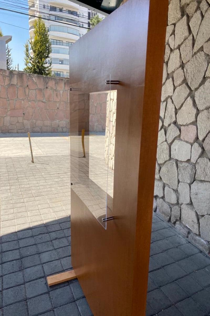 Confesionario hecho de madera con ventana de acrílico. Foto Cortesía: Monseñor Carlos Cardona