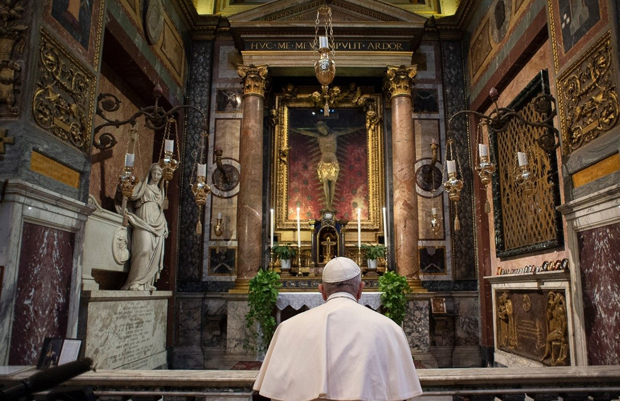 El Papa Francisco visitó al crucifijo de la iglesia de San Marcello. Foto: Vatican News.