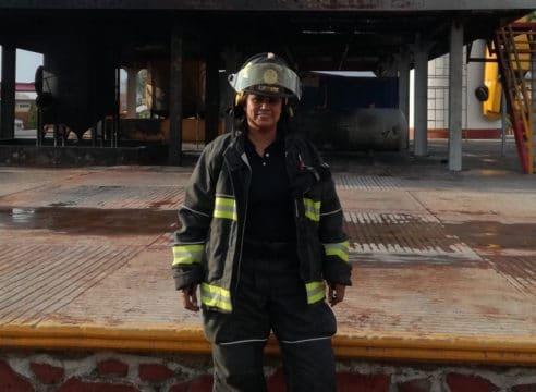 La bombera que amamantó y salvó la vida de una bebé abandonada