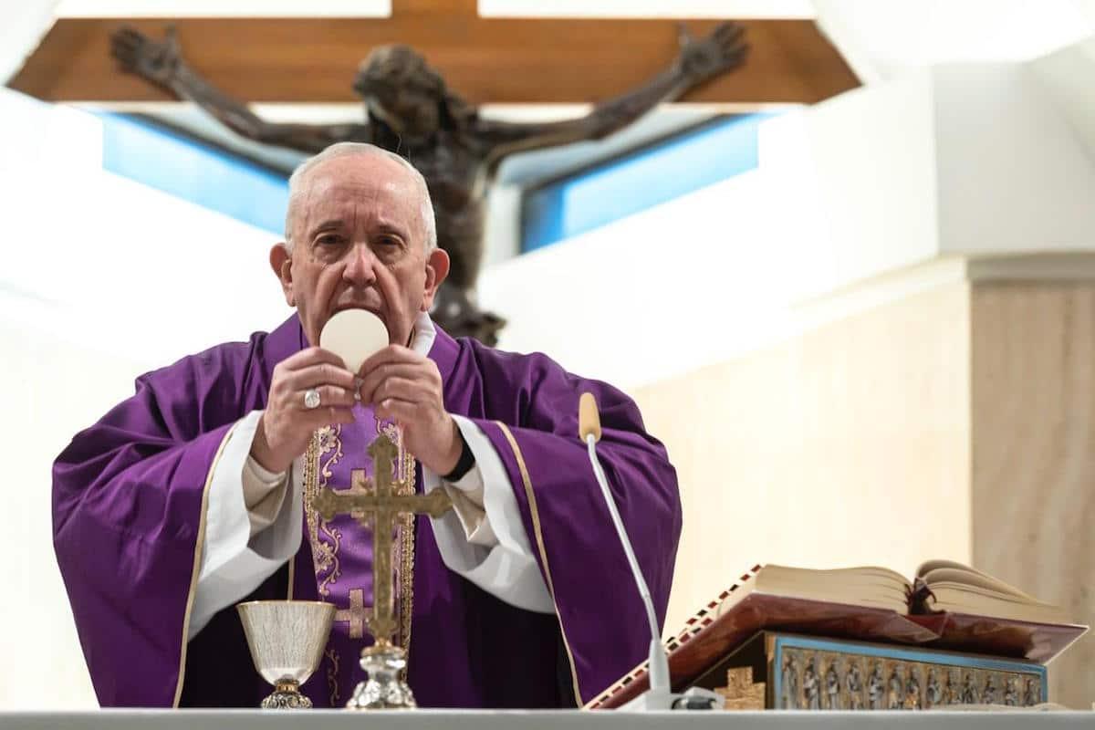 El Papa Francisco sostiene la Eucaristía en la Capilla de Santa Marta. Foto: Vatican Media