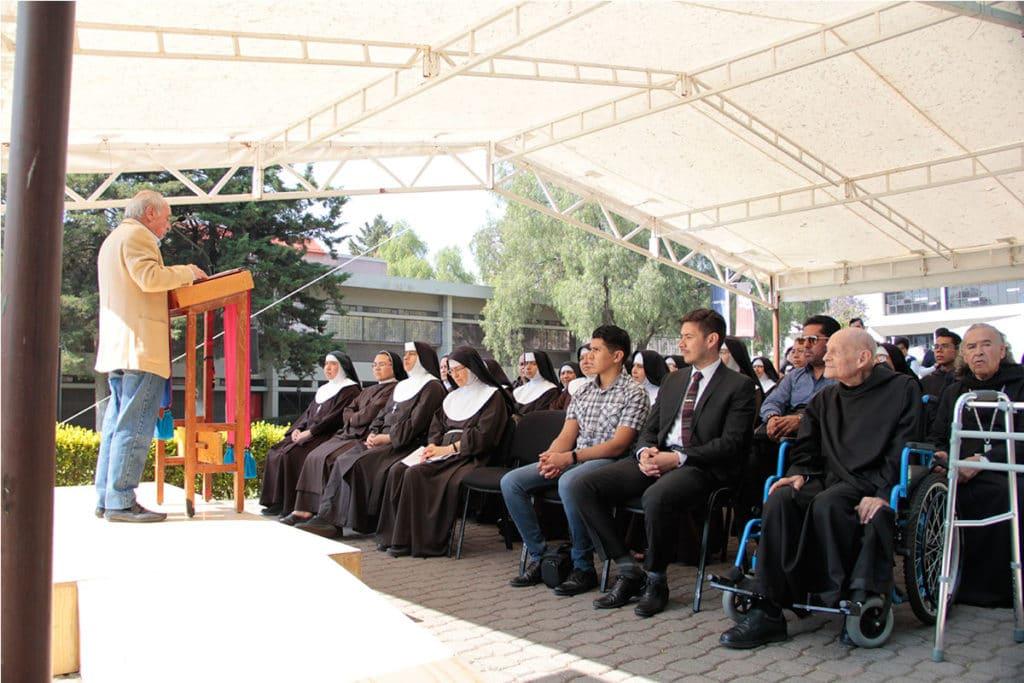 El vicerrector del Centro Escolar del Lago, Alfonso Violante Macías presentó la exposición. Foto Alejandro García