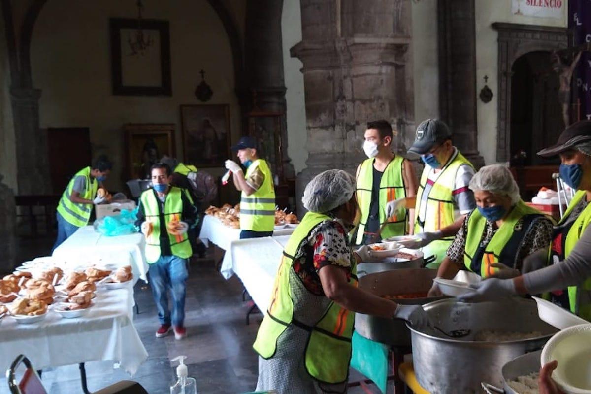 El comedor de la Iglesia de la Soledad ha tomado medidas sanitarias para seguir atendiendo a personas en situación de calle durante el COVID-19.
