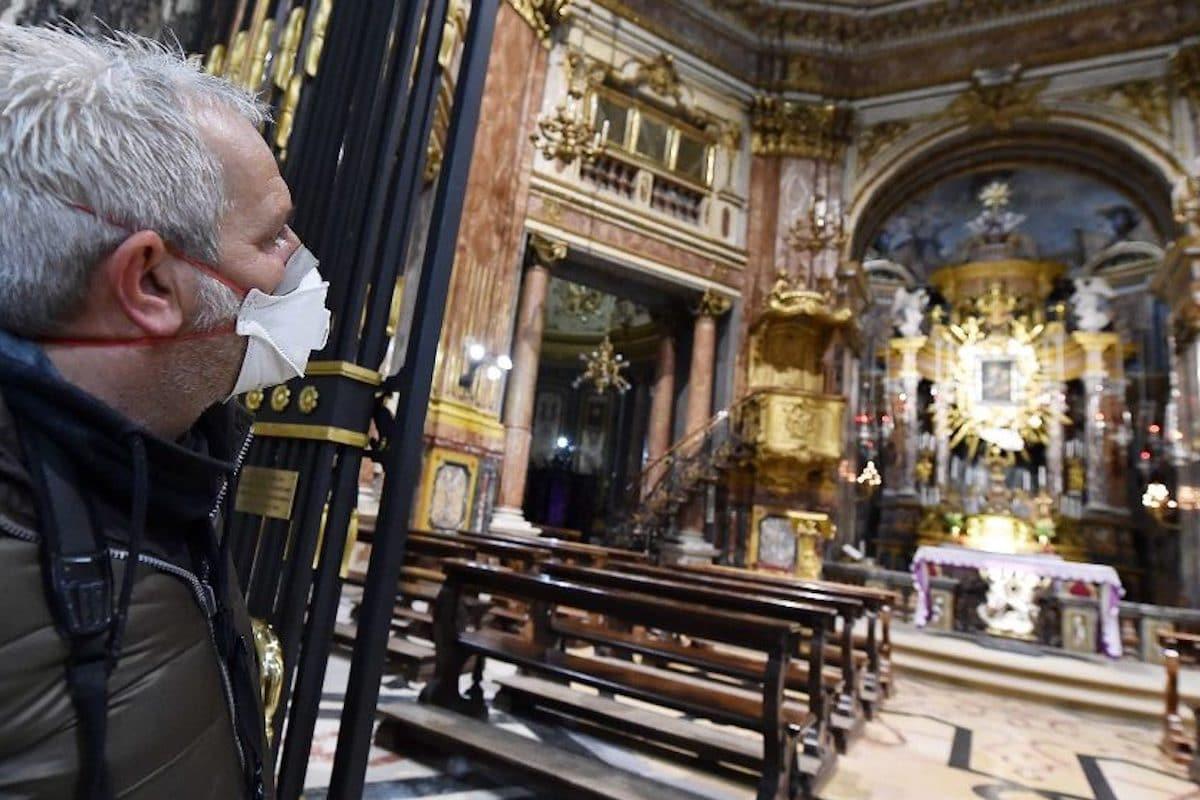 Un fiel con cubrebocas mira el Santísimo en una parroquia. Foto: Vatican Media