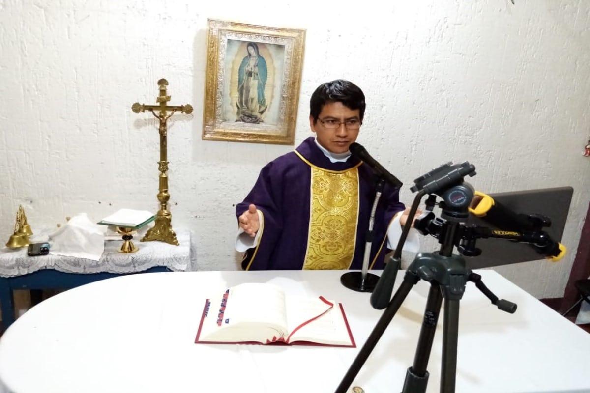 Sacerdotes arquidiocesanos encuentran la forma de estar con los feligreses. Foto Cortesía Pbro. Amado García