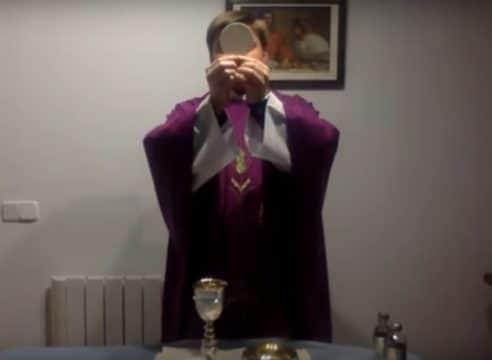 """VIDEO: El sacerdote con coronavirus que sigue """"cerca"""" de sus fieles"""