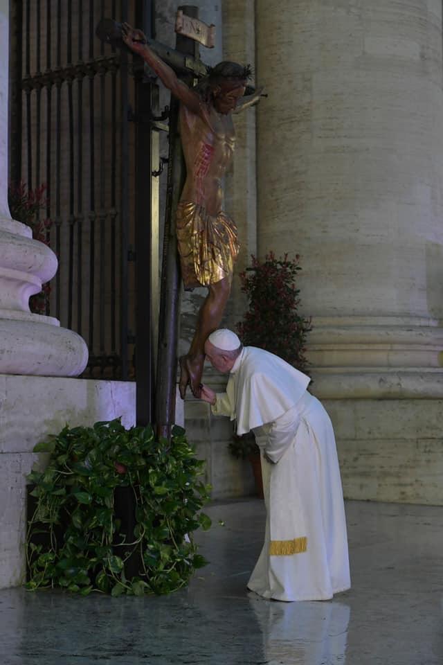 El Papa besa los pies del crucifijo milagroso. Foto: Vatican Media
