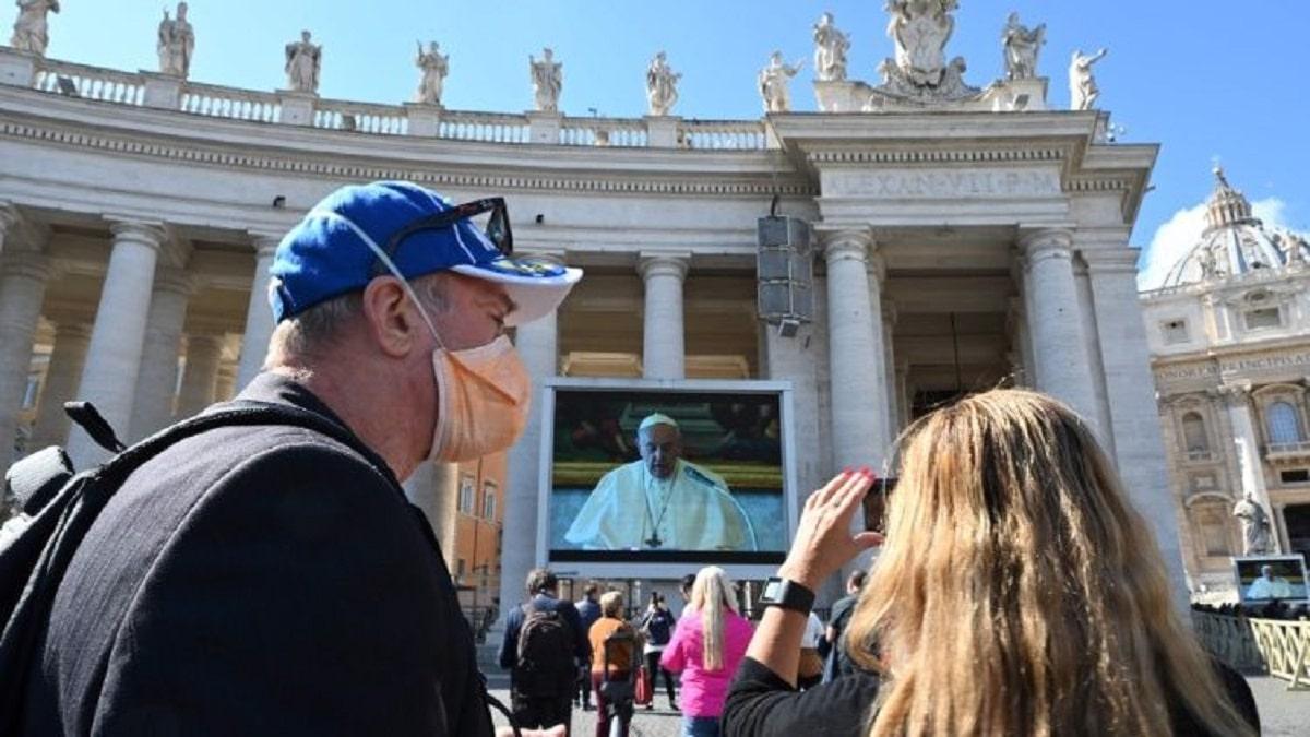 El Vaticano transmite el Ángelus del Papa desde pantallas debido al coronavirus Covid-19. Foto: Vatican News