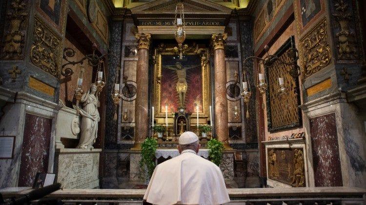 El Papa Francisco ante el Santo Crucifijo en Roma. Foto: Vatican Media.