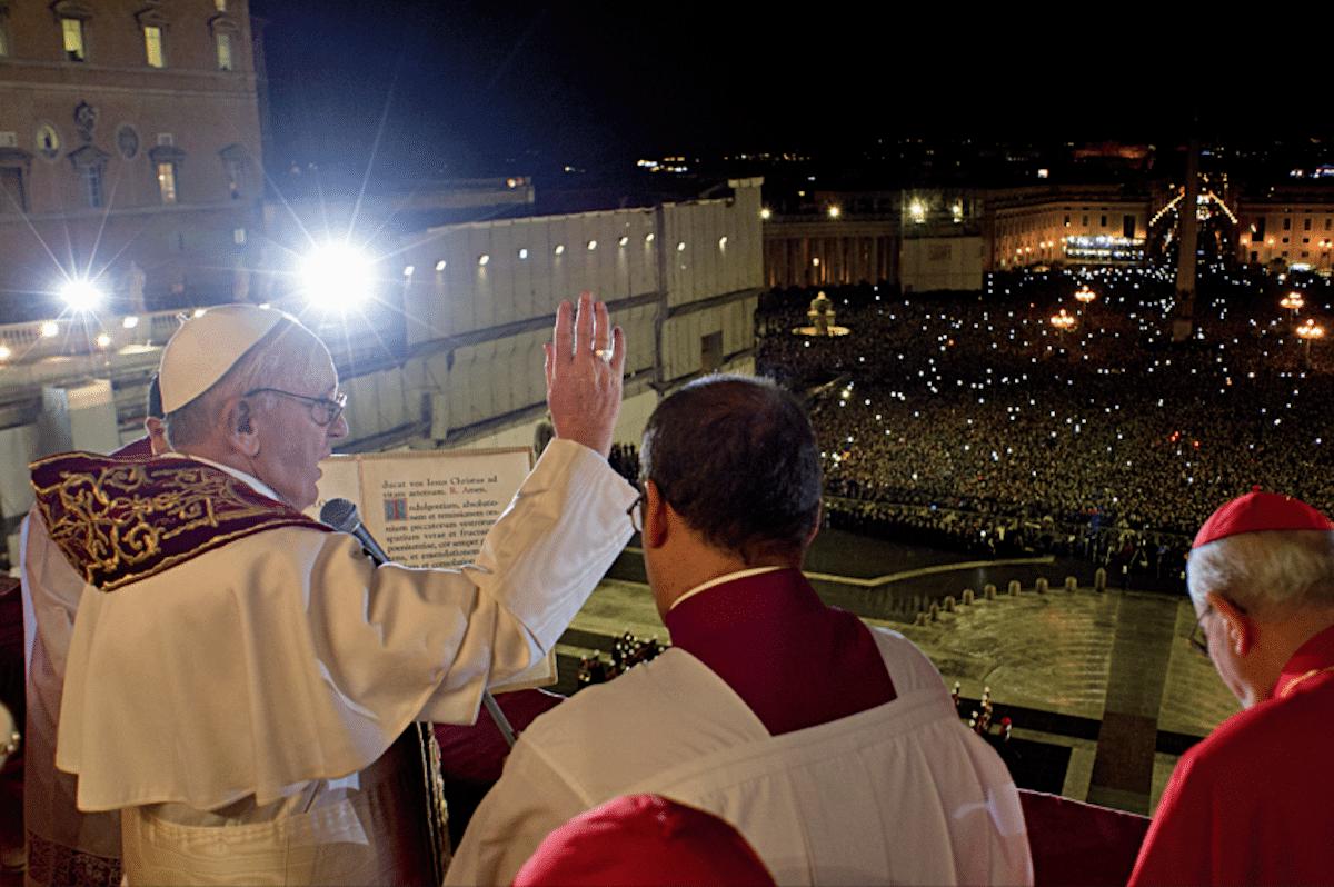 El Papa Francisco saluda a los fieles desde el balcón central de la Basílica de San Pedro. Foto: L'Osservatore Romano