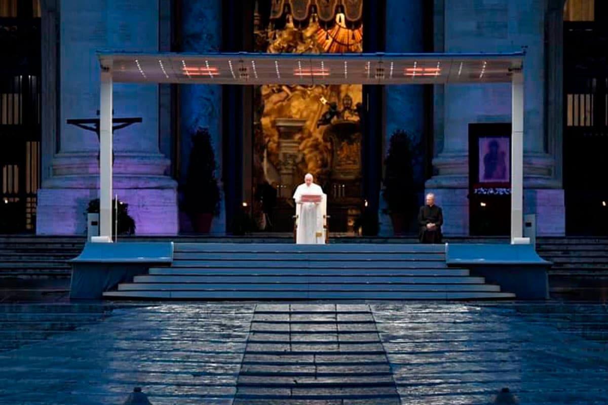 El Papa Francisco durante la bendición Urbi et Orbi. Foto Vatican Media