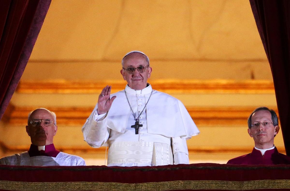 El Papa Francisco se asoma al balcón central de la Basílica de San Pedro el 13 de marzo de 2013. Foto: Vatican Media