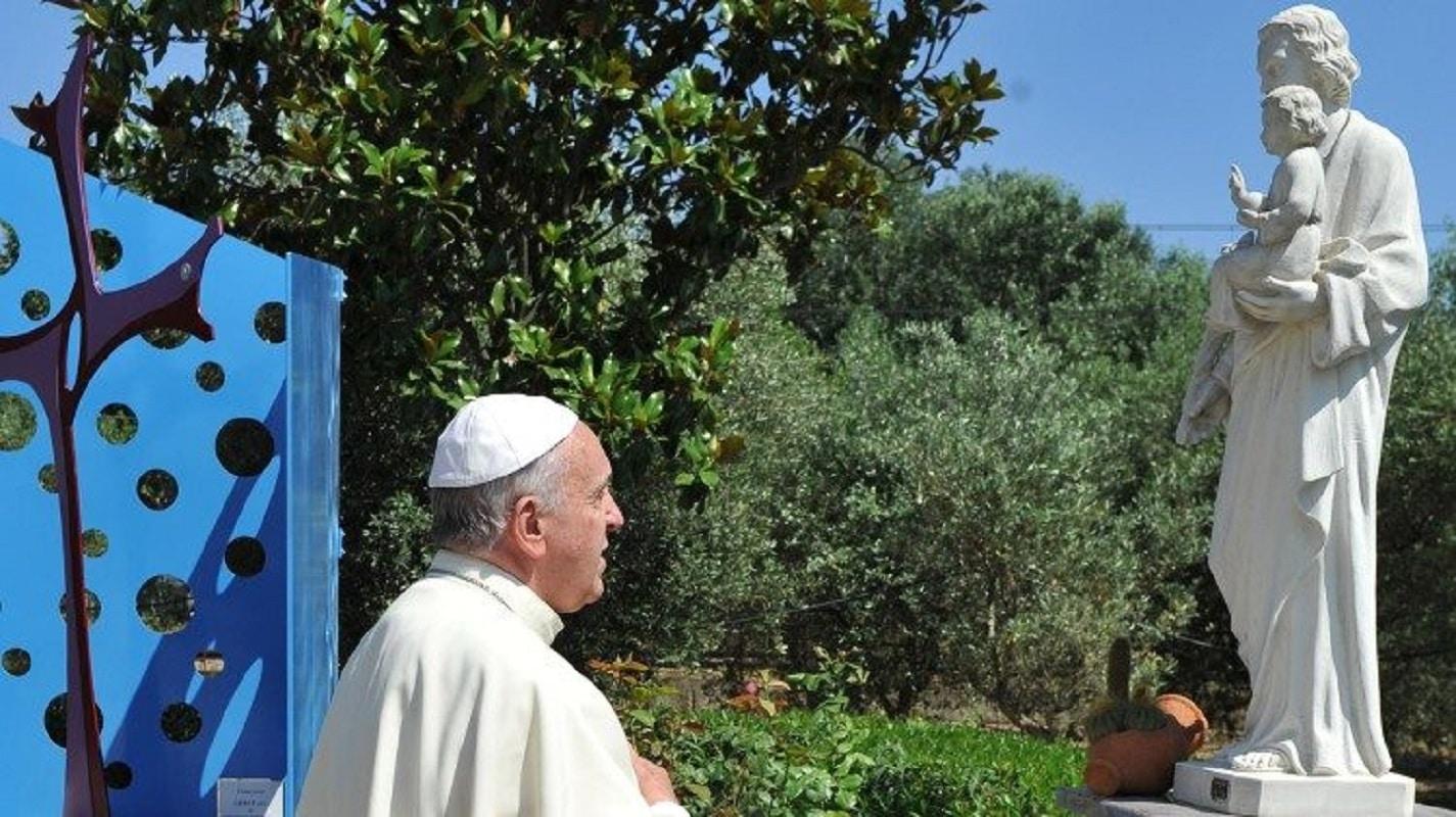 El Papa Francisco ante una estatua de san José. Foto: Vatican News.