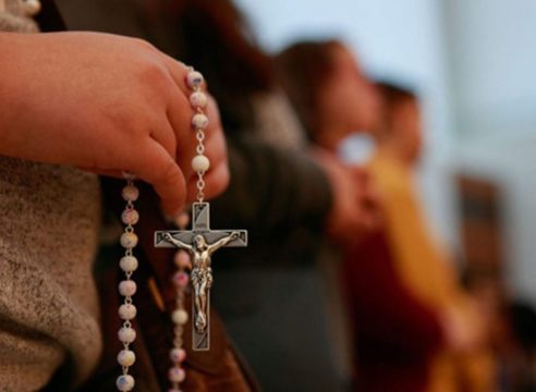 Reza y medita el Santo Rosario en compañía de la misión Cielo Abierto