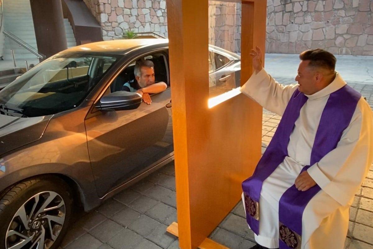 La Parroquia de San Judas, en Interlomas, realiza confesiones a sus fieles en su auto. Foto Cortesía Mons. Carlos Cardona