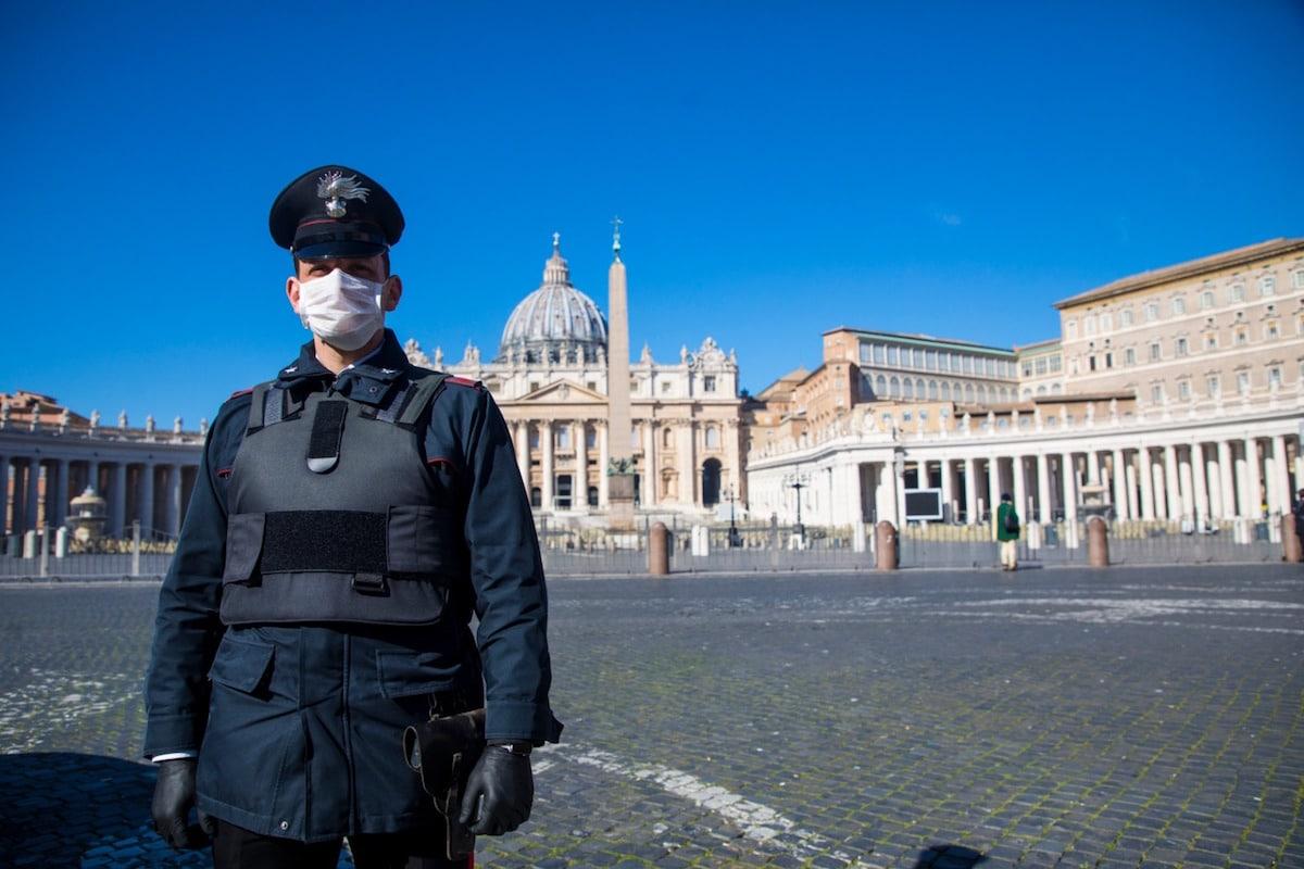 Un guardia de seguridad con cubrebocas en la Plaza de San Pedro, en el Vaticano. Foto: Pablo Esparza