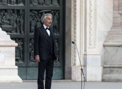 Con una 'plegaria musical', Andrea Bocelli pide por la humanidad