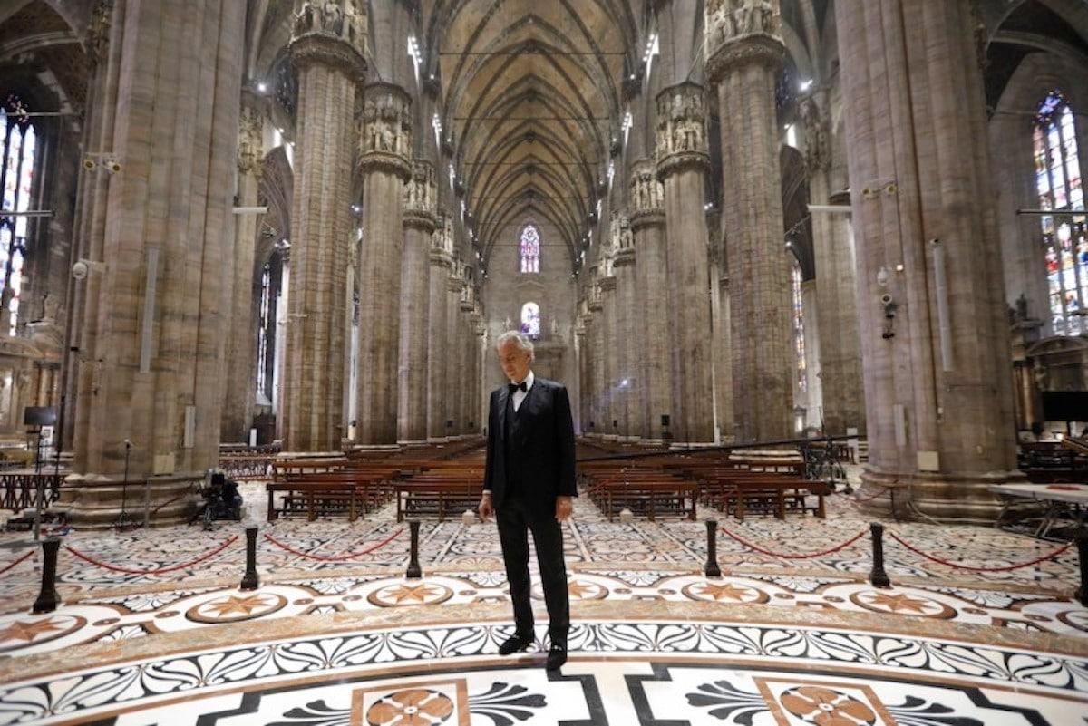 Andrea Bocelli al interior de la Catedral de Milán.