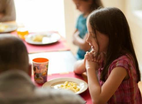 10 oraciones cortas para bendecir los alimentos