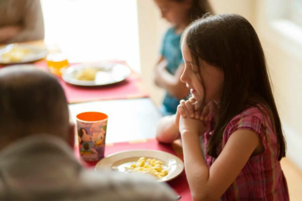 Hacer oración para bendecir los alimentos.