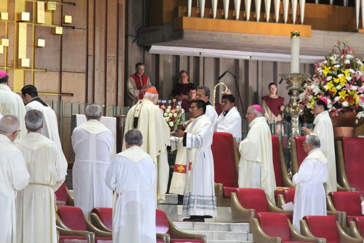 El Arzobispo Primado de México presentó una ofrenda a la Virgen con las banderas de los países de América Latina y el Caribe. Foto: INBG/Cortesía.