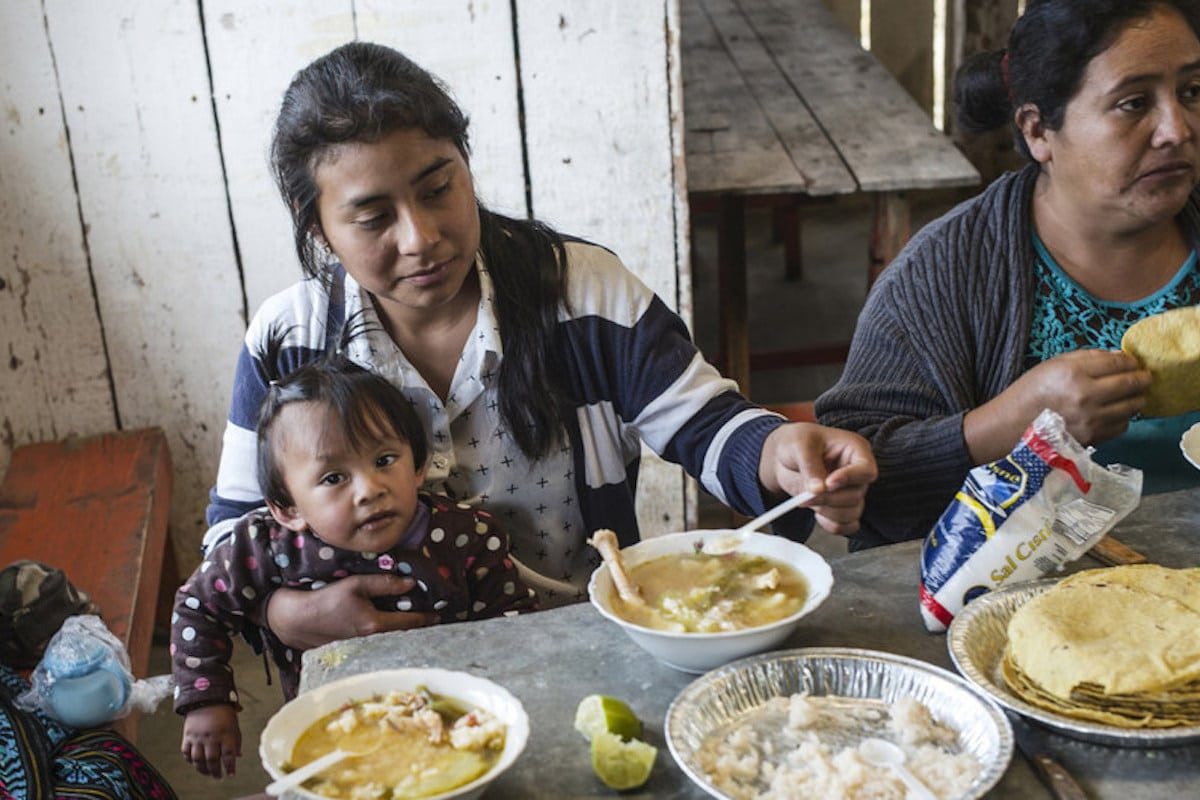 La pandemia COVID-19 causa dificultades económicas a muchas familias.