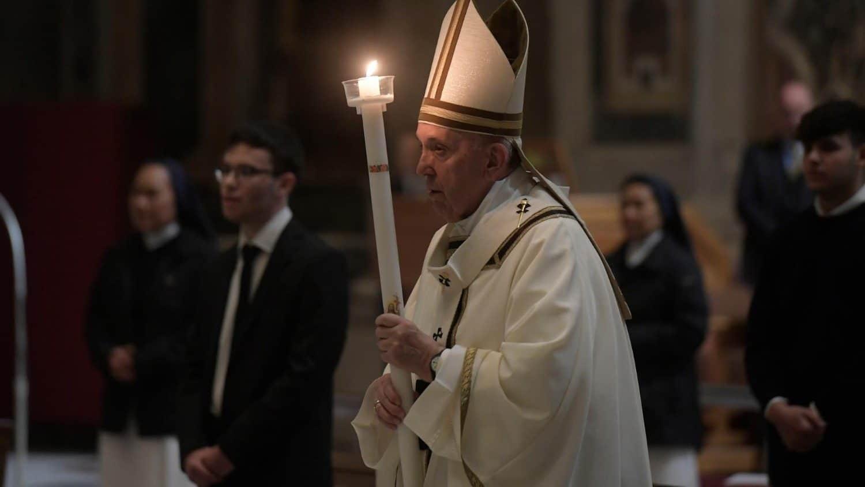 Papa Francisco al inicio de la Vigilia Pascual. Foto: Vatican Media.